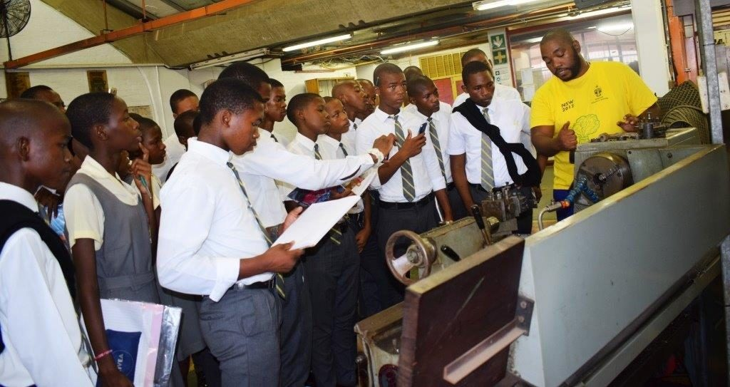 Nkanyiso explaining to the learners how the machine works